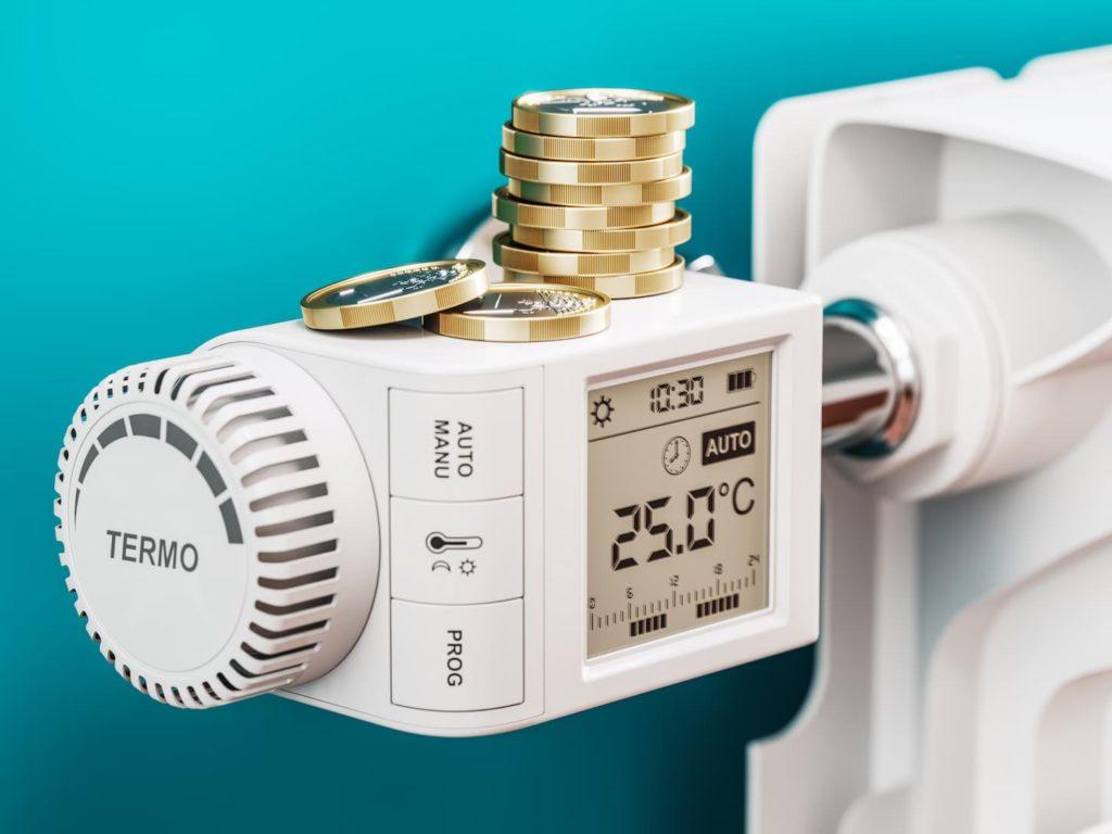 Pièces de monnaie sur le régulateur de température d'un radiateur